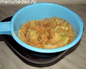 Масса из тертых кабачков и картофеля в дуршлаге