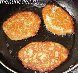 Оладьи из картофеля и кабачков жарятся на растительном масле