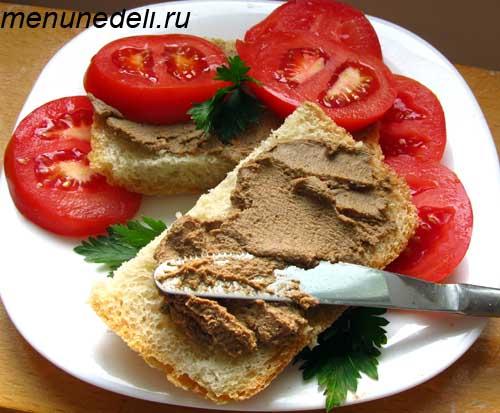 Паштет из куриной печени на кусочке хлеба с помидорами