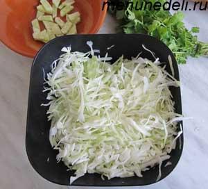 Мелко нашинкованная белокочанная  капуста для салата