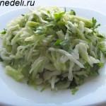Салат из свежей капусты с чесночной заправкой