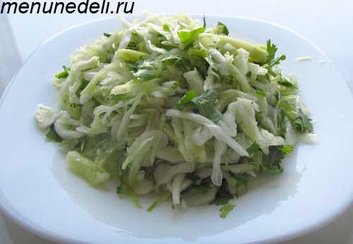 Легкий летний салат из свежей капусты с кинзой и чесночной заправкой