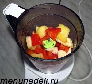 Нарезанные помидоры огурец болгарский перец масло чеснок в блендере