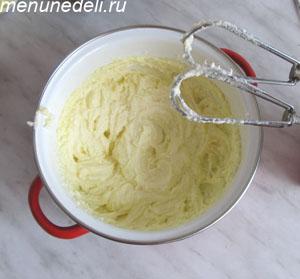 Сахарная пудра взбивается со сливочным маслом и яйцами
