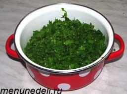 Все виды вымытой и очищенной зелени порезанной мелко смешиваются в одной миске