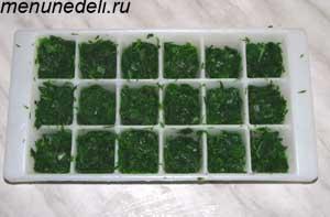 Масса из зелени разложенная по квадратикам формы для замораживания