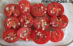 Порезанные кружочками помидоры в форме для запекания в духовке
