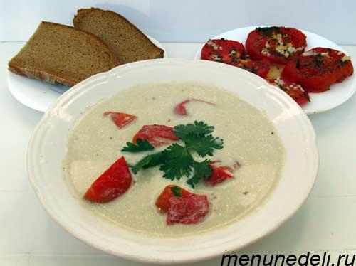 Баклажановый суп пюре с запеченными помидорами и двумя кусочками хлеба