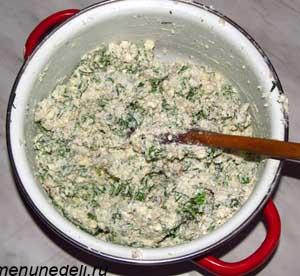 Смешиваем творог  сливочное масло мелко рубленные чеснок и зелень и орехи