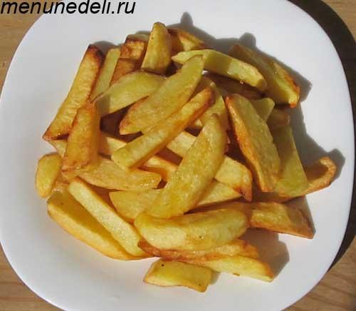 Готовая жареная картошка на тарелке