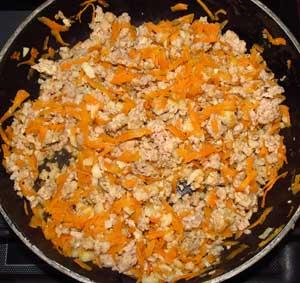 Обжаривание фарша до полуготовности с тертой морковью и чесноком