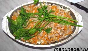 Тушеная капуста с рисом и фаршем выложенная слоями в утятнице