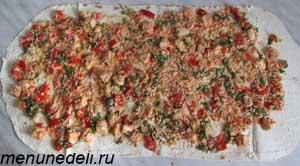 Смесь из курицы овощей и риса распределяется по лепешке