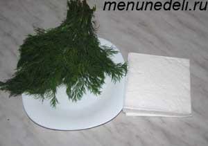 Свежий укроп, бумажные салфетки и тарелки