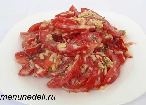 Летний и быстрый салат с помидорами и сыром