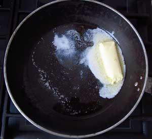 Смесь растительного и сливочного масла на сковороде