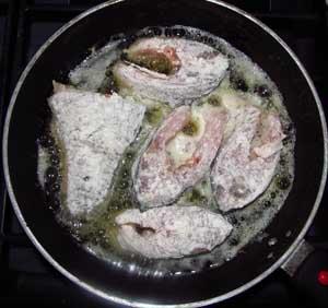 Процесс обжаривание рыбы на смеси масел до золотистой корочки