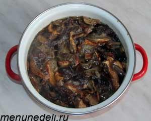 Промытые сухие грибы залиты горячей водой чтобы постоять