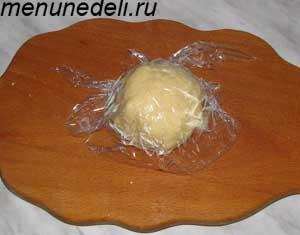 Делаем комок из муки яйца и воды и накрывается пищевой пленкой
