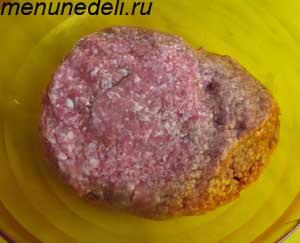 В Измельченное мясо добавлен лук и соль