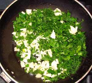 Мелко порезанные чеснок и травы обжариваются в большом количестве растительного масла