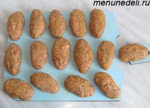 Сырые колбаски по слуцки на доске