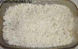 Вареный рис на дне противня