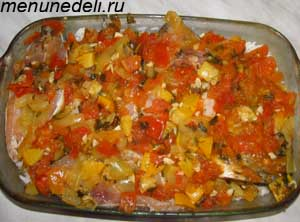 Тушеные овощи поверх стейков карпа в форме