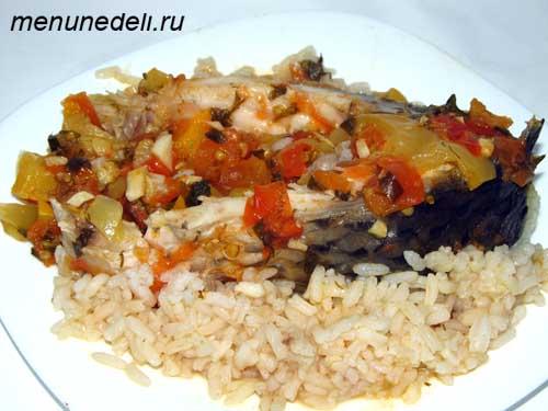 Карп запеченный в духовке с рисом и овощами