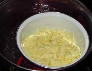 Белый шоколад растапливается на водяной бане