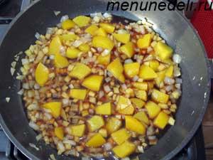 В маринад добавляются абрикосы соевый соус и специи