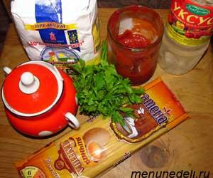 Необходимые продукты для супа с томатной пастой лапшой и зеленью