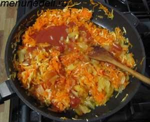 Болгарский перец и томатная паста добавляются к моркови луку и сельдерею