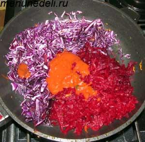 Мелко нарезанные свекла с краснокачанной капустой и томатной пастой тушатся на сковороде