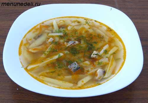 Картофельный суп с селедкой на обед в тарелке