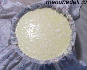 Большая миска накрытая хлопчатобумажной тканью с вылитой массой