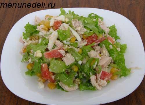 салат с листьями салата и курицей