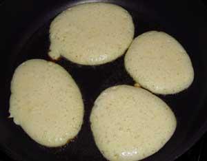 Блинчики жарятся на сковороде