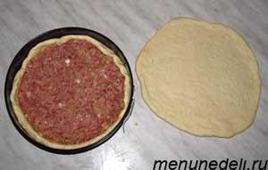 В форму выложено тесто и фарш