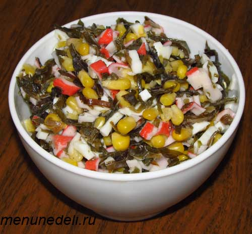 Готовый салат из морской капусты крабовых палочек и кукурузы в салатнице