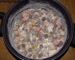 Смешиваем орехи пряности цукаты и муку в одной миске