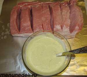 Смешанные в одной миске горчица майонез и соль для свинины запеченной куском