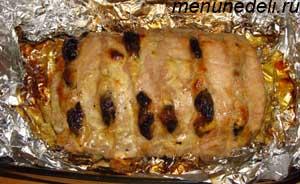 Готовая свинина с черносливом запеченная куском
