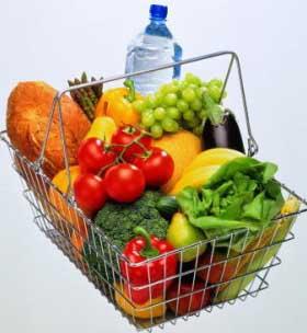 Корзина из супермаркета полная фруктов овощей хлеба воды и другой провизии для приготовления еды на 7 дней