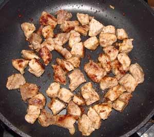 Небольшие кусочки мяса обжариваются на сковороде до золотистого цвета