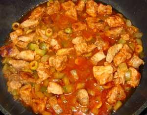 К обжаренному мясу добавлены оливки соленые огурцы томатная паста и вино