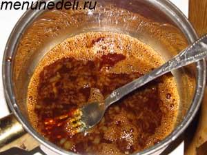 Взбивание соевого соуса с с яйцом и крахмалом для мяса с орехами
