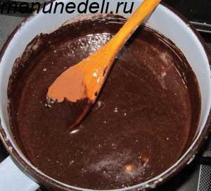 Какао смешивается с сахаром молоком и сливочным маслом