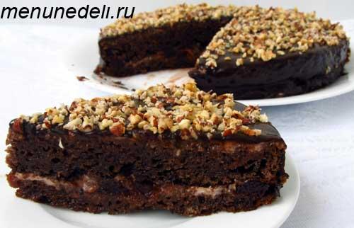 Приготовление шоколадного торта с вареньем и орешками