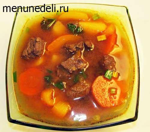 Суп гуляш с говядиной картофелем и болгарским перцем